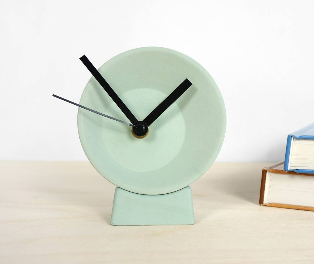 Time for another project: the off-center. A small clock that sits on your desk or to hang on the wall, as the base can be separated