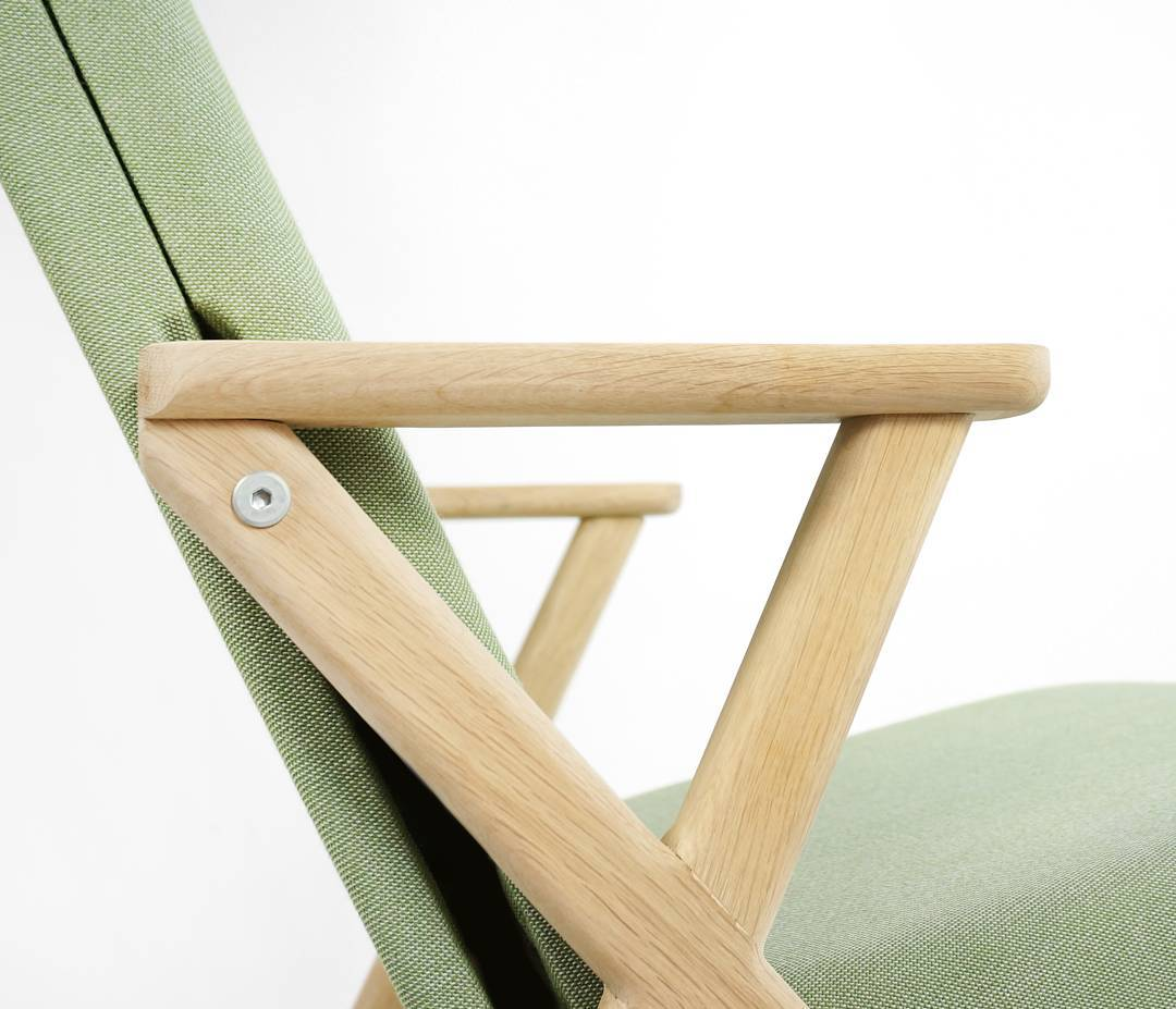 Detailled view of the armrests, handcrafted in solid oak @frankiemagazine @boredpanda