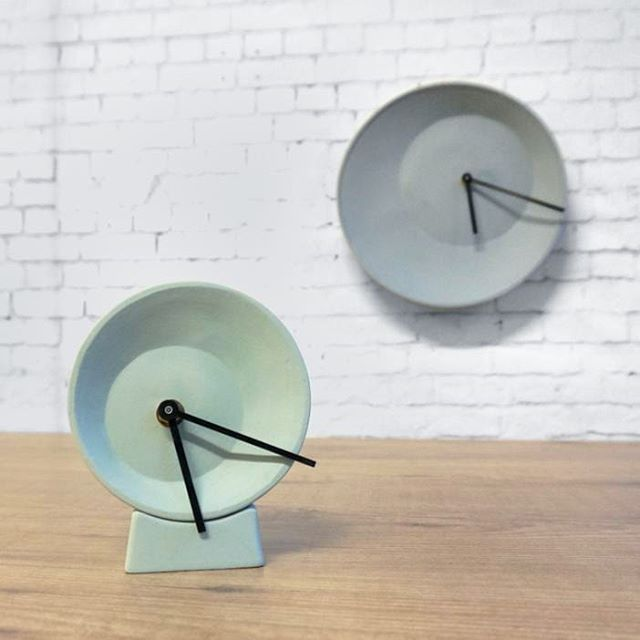 Off center wall- and desk clock