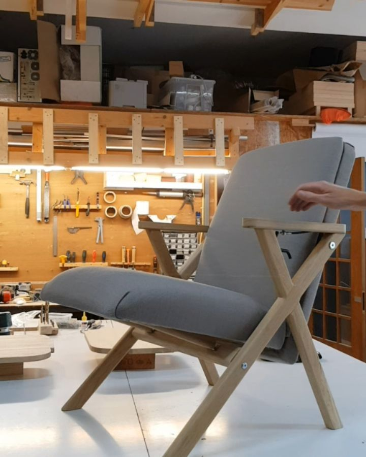 Once again. Changing from lounge position to desk chair. Fully automatic with integrated piston