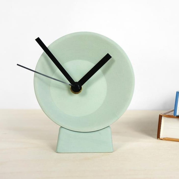 Off-center Clock, ideal companion at your desk